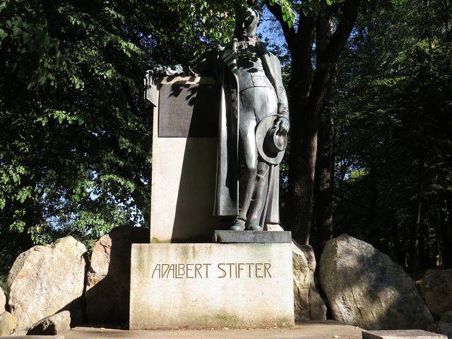 socha Adalberta Stiftera v parku nad Horní Planou