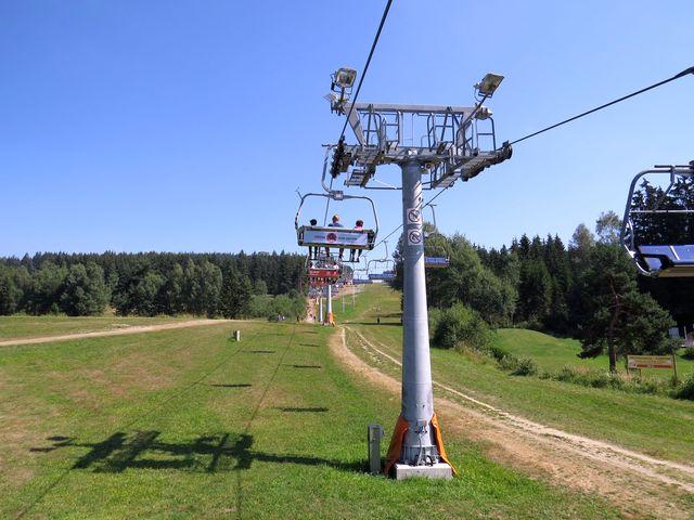 čtyřsedačková lanovka vyveze zájemce na vrch Kramolín; www.svatosi.cz