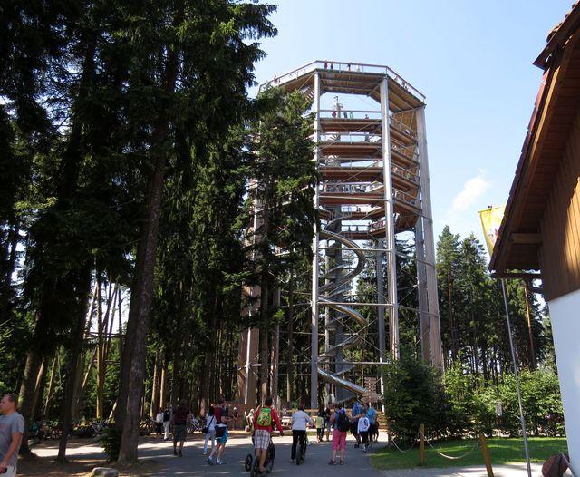 devítihranná dřevěná věž je vysoká 40 metrů; www.svatosi.cz