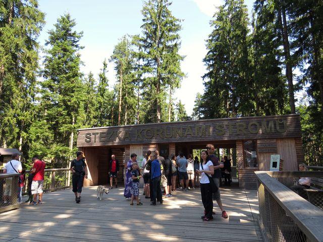 vchod na stezku dlouhou 675 metrů