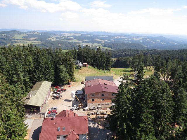 výhled na areál na vrchu kramolín, v pozadí horní stanice lanovky
