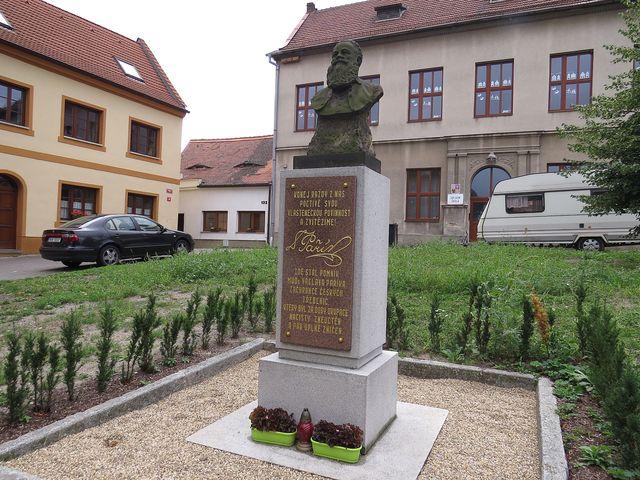 pomník vlastenci MUDr. Václavu Paříkovi na náměstí v Třebenicích