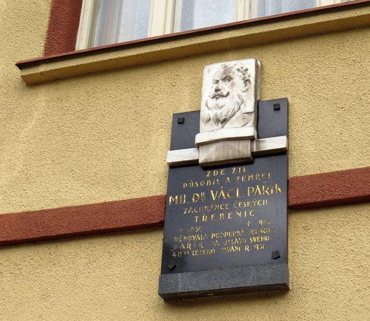 pamětní deska na domě, kde žil a měl ordinaci MUDr. V. Pařík