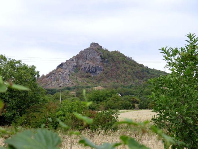 vrch Košťál nad Třebenicemi, jedna z dominant Českého středohoří