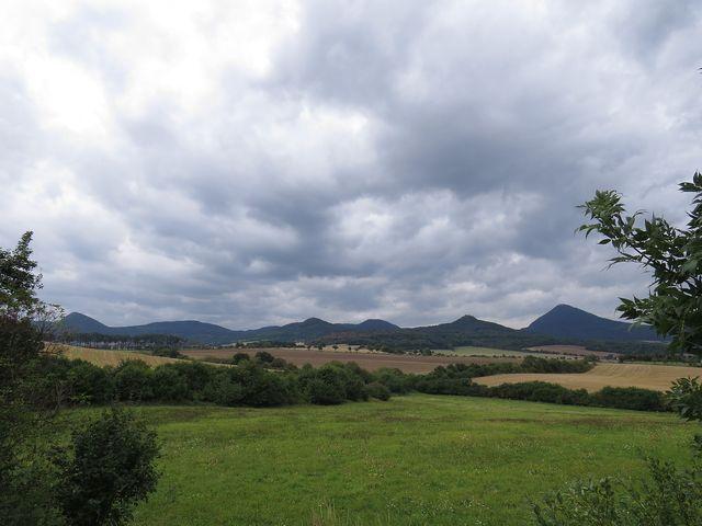 výhled na kopce Českého středohoří cestou na vrch Boreč