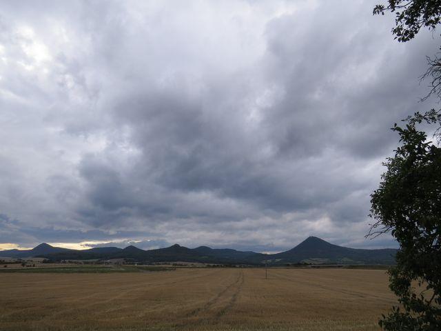 vyhlídka na elegantní vrchy cestou k Opárnu