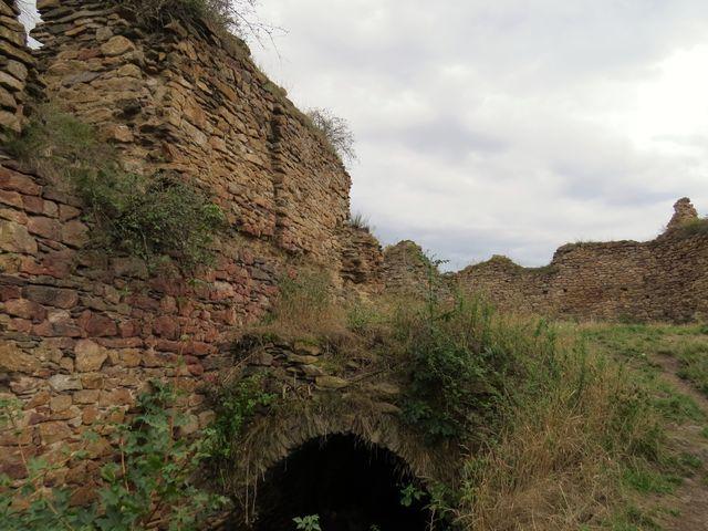 zřícenina hradu Opárno na skalním útesu