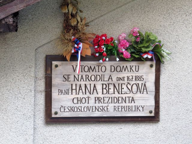 pamětní deska na bývalém drážním domku u Domaslavic