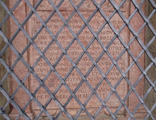přísaha, kterou zde pronesl Ferdinand I. 30. ledna 1527, je vytesaná do kamene