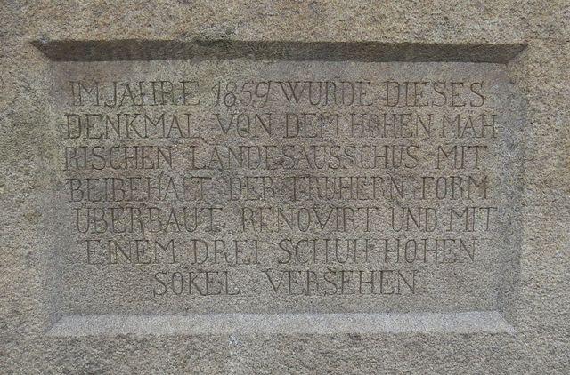 na kamenném soklu je vytesána zpráva o renovanci památníku v roce 1859