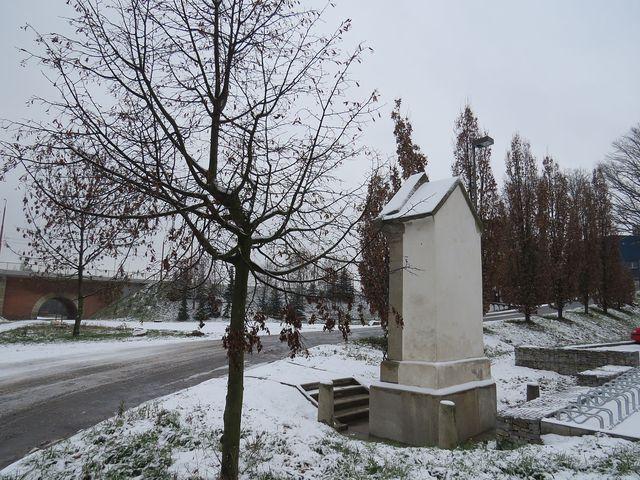 silnice stoupá kolem památníku na Královský vršek