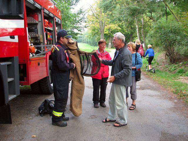 na stezce ve Vlkovsku jsme se rádi zastavili s hasiči, kteří nám ukázali oblek používaný při manipulaci s hmyzími roji