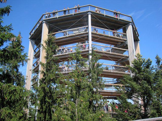 vstup do věže je ve výšce 24 metrů; večer je areál osvětlen
