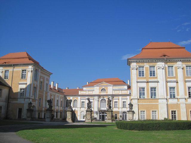 Braunovy sochy u hlavního vchodu do zámku v Duchcově