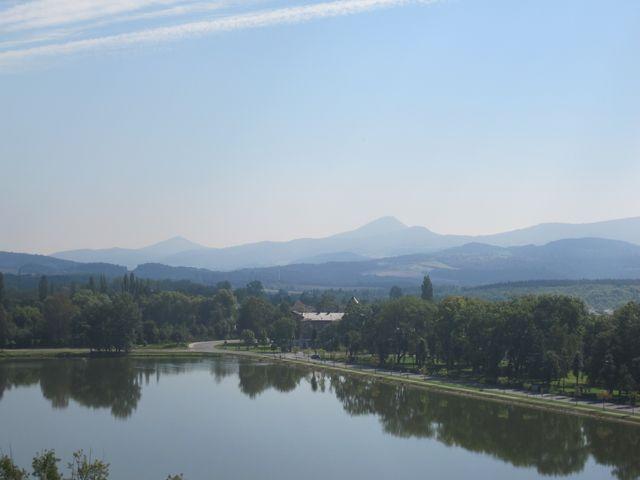výhled přes rybník Barbora na České středohoří s Milešovkou