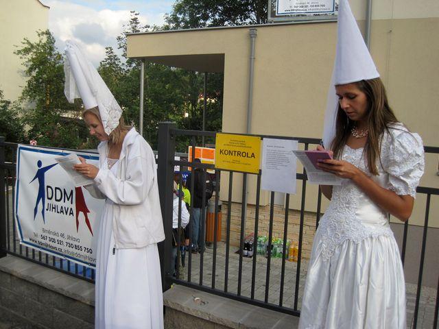 Bílé paní razítkovaly a podepisovaly průvodní listy; www.svatosi.cz