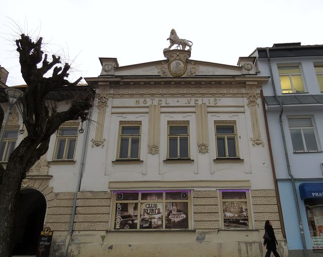 fasádu secesního domu a sochařskou výzdobu navrhl Vilém Amort; www.svatosi.cz