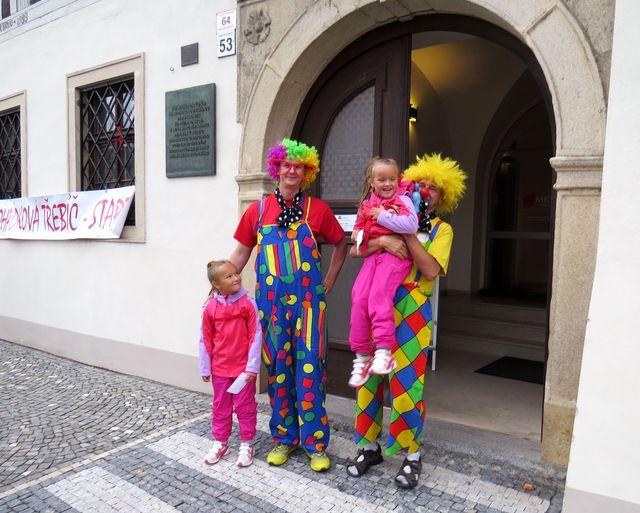 uvítací klaunská četa na startu v Malovaném domě v Třebíči; www.svatosi.cz