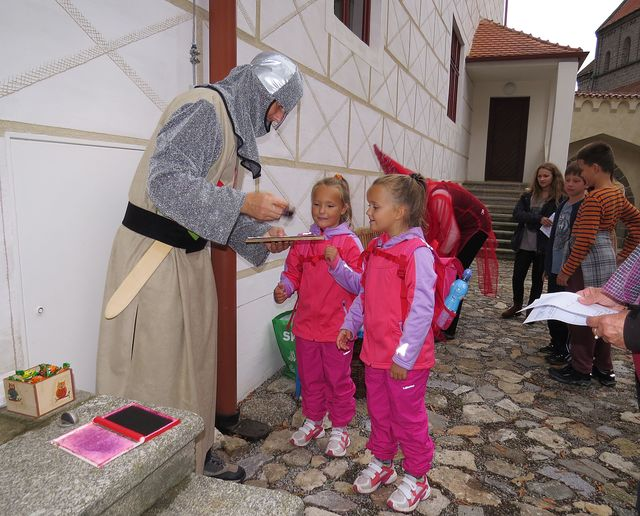 od rytíře dostaly děti pochvalu a první razítko do průvodního listu