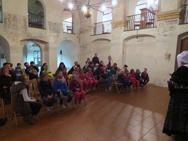 dětské auditorium perfektně spolupracovalo s vypravěčkou při uvádění Popletených pohádek na pravou míru