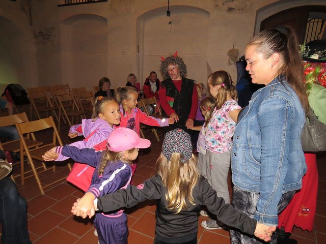 tanečky se zpěvy na závěr