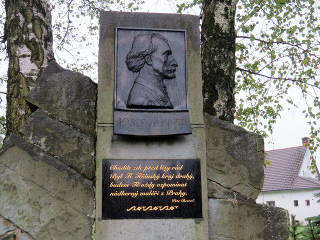 portrét Josefa Mánesa je dílem akademického sochaře Zdeňka Šejnosta, čtyřverší napsal Petr Bezruč