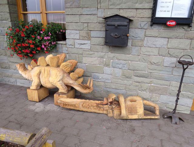 dřevěné artefakty u hotelu Grůň