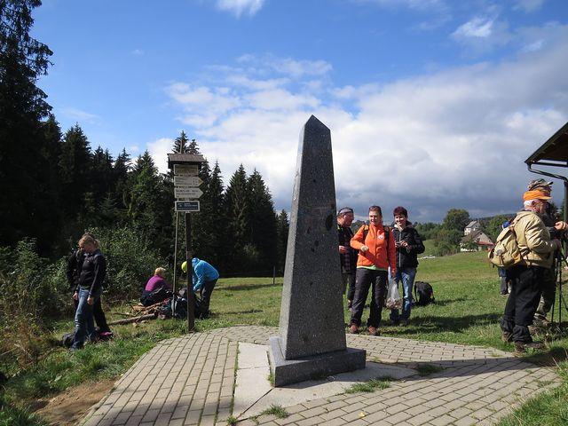 český monolit, v pozadí jsou hrčavské domky