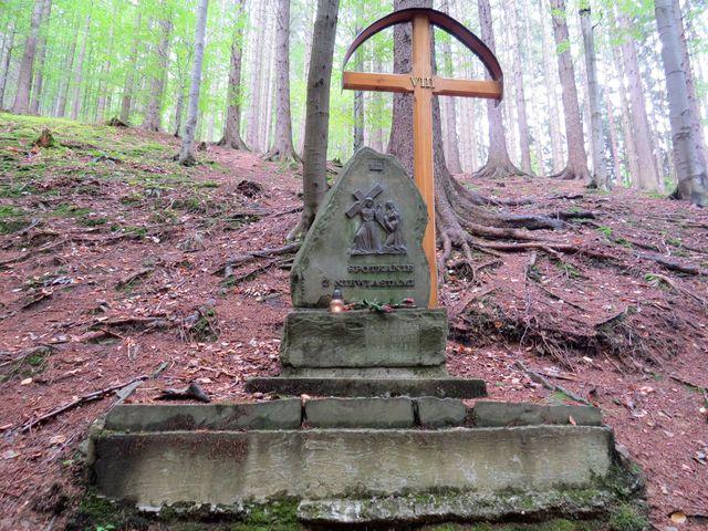 křížová cesta začíná ve stráni za kostelem, vede přes most nad roklí a končí u hřbitova