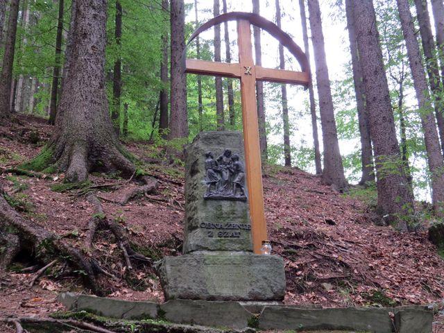 nápisy na kameni jsou v polštině