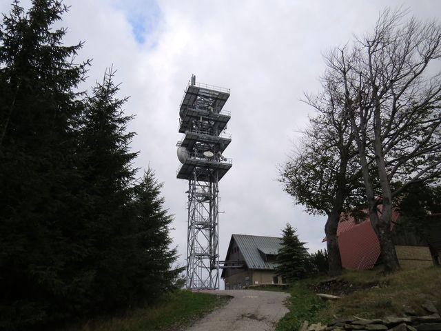 věž na Malém Javorovém je zdaleka viditelnou dominantou celé oblasti