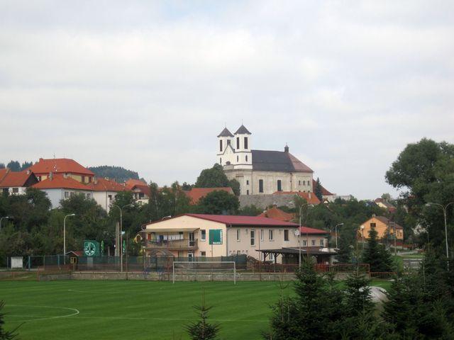 průčelí kostela navrhl ve třicátých letech 20. století architekt Kamil Hilbert