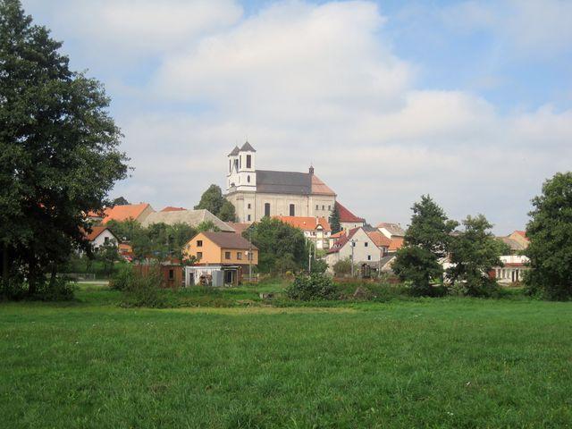 je vidět, jak byl v průběju staletí kostel postupně přistavován