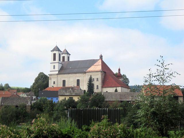 zprava je nejstarší část - kostel sv. Anny, pak přistavěná kaple, později rozšířená na kostel, průčelí s věžemi je nejnovější
