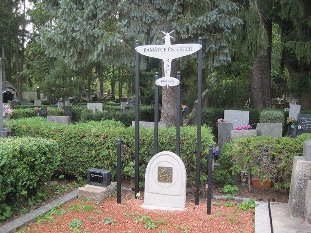 pomník československým letcům, kteří bojovali za války v britské RAF; www.svatosi.cz