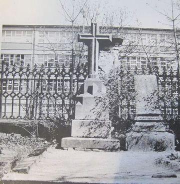 náhrobní kříž starosty Leupolda; hrob byl zrušen