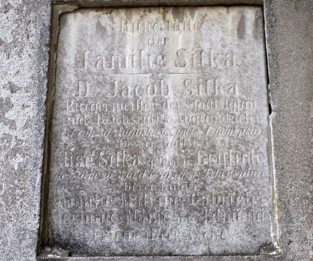 detail náhrobní desky JUDr. Jakoba Sitky