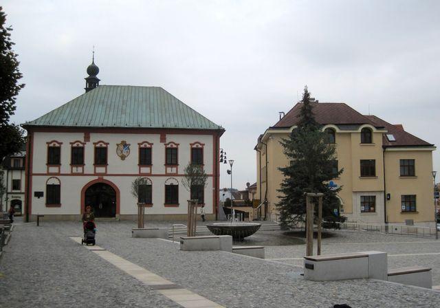 od radnice do středu náměstí vede časová osa města se šesti deskami s významnými letopočty