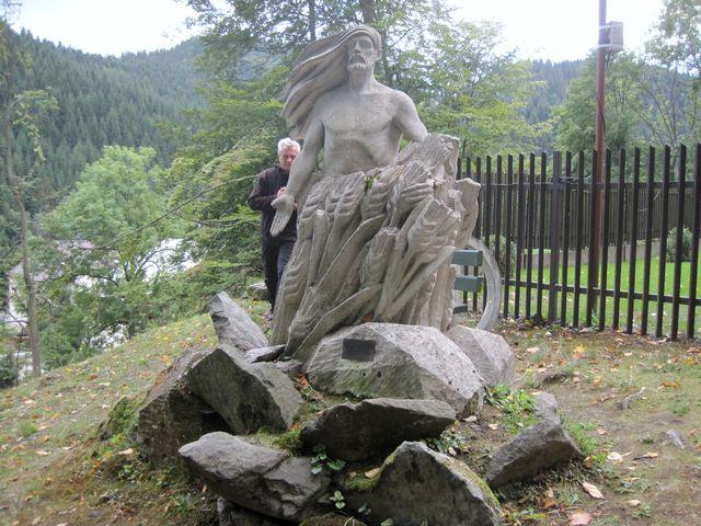 socha Krista zmrtvýchvstalého před poutním kostelem v Horní Lomné
