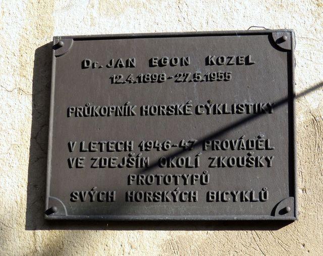 pamětní deska Dr. Kozlovi, vynálezci horského kola