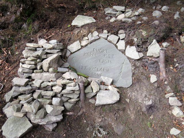 cestou ke Gutskému sedlu jsme se zastavili u tohoto památníčku - bez komentáře!!