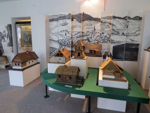 modely vesnických stavení v národopisné expozici