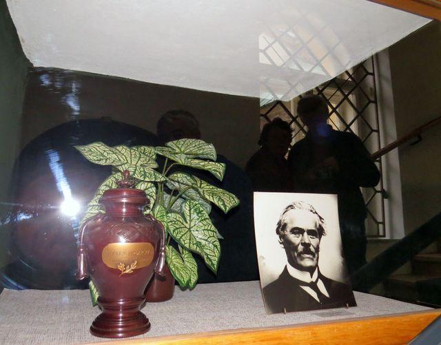od roku 1984 je v muzeu pietní místo Dr. Aleše Hrdličky