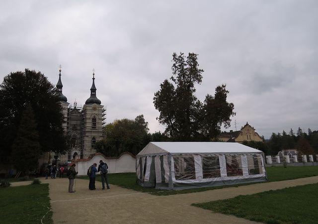 v areálu kláštera v Želivě postavili humpolečtí turisté stan pro účastníky Euroranda 2016 - pochod byl součástí programu semináře