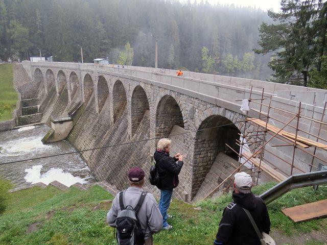 hráz vodní nádrže Sedlice se právě opravuje