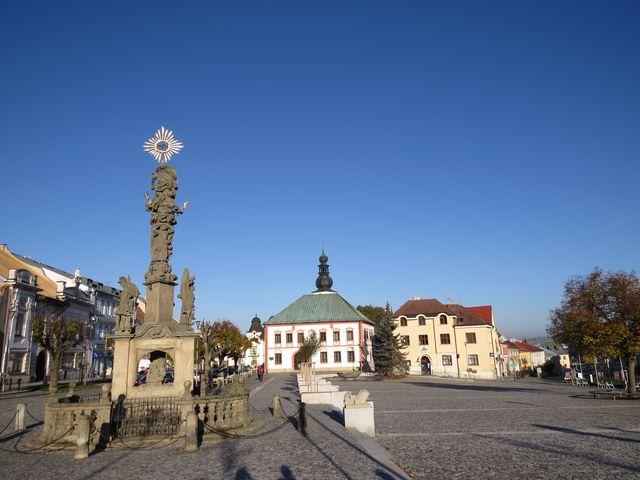 víkendově osiřelé ráno v centru Žďáru nad Sázavou