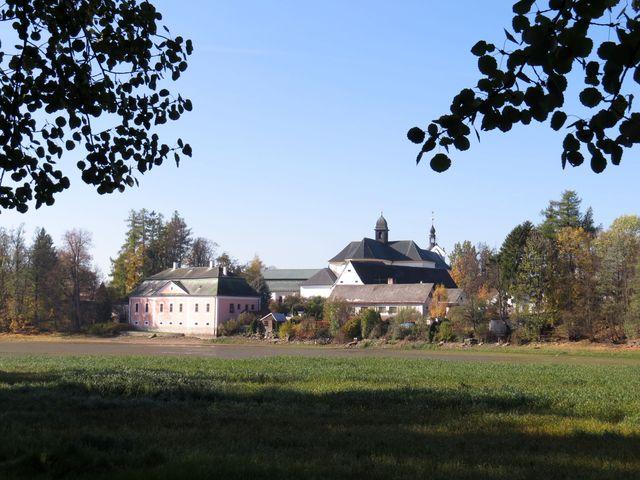 areál žďárského zámku - tzv. Letní prelatura, kterou obývá rodina Kinských, jíž byl zámek vrácen v restituci v roce 1991