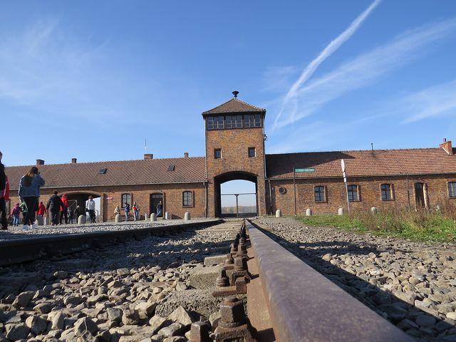 brána vyhlazovacího tábora Auschwitz-Birkenau; www.svatosi.cz