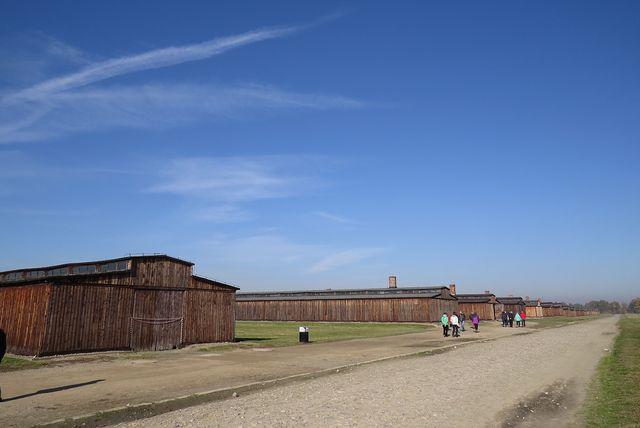 do dnešní doby zůstalo zachováno několik desítek baráků, kde byli vězňové ubytováni