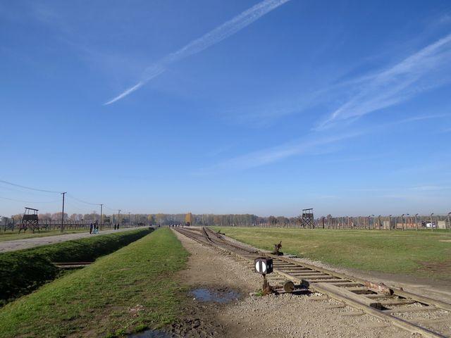 rampa u kolejí vedla až do zadní části tábora - ten má plochu 2 x 2,5 km